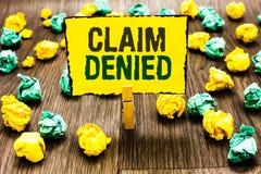 Отказанная заявка показа примечания сочинительства Фото дела showcasing спрошенная оплата возмещения для счета отказанная зажимка стоковые фото