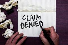 Отказанная заявка текста сочинительства слова Концепция дела для спрошенной оплаты возмещения для счета отказанный человек держа  стоковое изображение