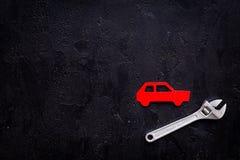 Отказы автомобиля Концепция обслуживания автомобиля Силуэт автомобиля, ключ на черном космосе экземпляра взгляд сверху backgound Стоковые Фото