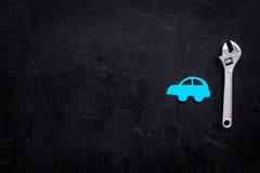 Отказы автомобиля Концепция обслуживания автомобиля Силуэт автомобиля, ключ на черном космосе экземпляра взгляд сверху backgound Стоковое Фото
