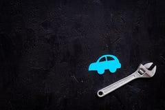 Отказы автомобиля Концепция обслуживания автомобиля Силуэт автомобиля, ключ на черном космосе экземпляра взгляд сверху backgound Стоковые Фотографии RF