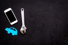Отказы автомобиля Концепция обслуживания автомобиля Силуэт автомобиля, ключ на черном космосе экземпляра взгляд сверху backgound Стоковое фото RF