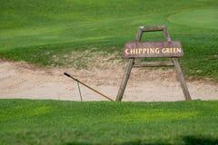 Откалывать зеленый знак перед бункером на поле для гольфа стоковые изображения