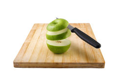 Откалыванное яблоко на разделочной доске Стоковое Изображение RF
