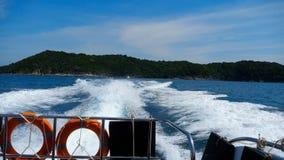 Отклонение быстроходного катера от островов Similan акции видеоматериалы