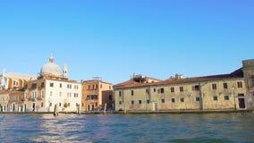 Отклонение в Венецию, взгляд на грандиозном канале и старинных зданиях, путешествии воды акции видеоматериалы
