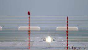 Отклонение самолета на дождливой погоде акции видеоматериалы