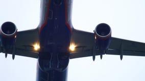 Отклонение самолета на дождливой погоде видеоматериал