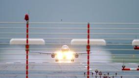 Отклонение самолета на ненастной погоде сток-видео