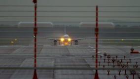 Отклонение самолета на ненастной погоде акции видеоматериалы
