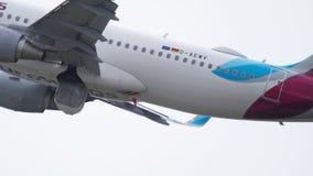 Отклонение самолета от Дюссельдорфа акции видеоматериалы