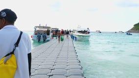 Отклонение туристов от острова Raya видеоматериал