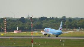 Отклонение TIUfly Боинга 737 акции видеоматериалы