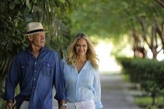 Отклонять зрелые пары идя вниз с улицы Стоковое Фото