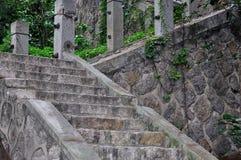 отклоняющийся от прямого пути камень лестницы вверх Стоковая Фотография