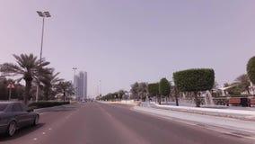 Отключение автомобиля вдоль карниза в видео отснятого видеоматериала запаса Абу-Даби сток-видео