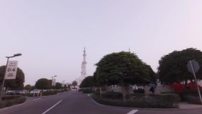 Отключение автомобиля к шейху Zayed Грандиозн Мечети в видео отснятого видеоматериала запаса Абу-Даби сток-видео
