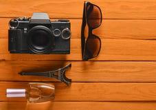Отключение к Франции, Парижу Камера фильма, солнечные очки, флакон духов Стоковые Фото