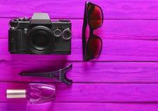 Отключение к Франции, Парижу Камера фильма, солнечные очки, флакон духов Стоковые Изображения