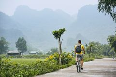 Отключение на велосипеде во Вьетнаме стоковое фото rf