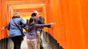 Отключение семьи на святыне Fushimi Inari, Киото, Японии Стоковые Фото