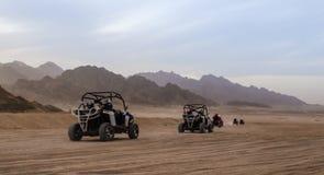 Отключение туристов к пустыне на offroad багги в Египте стоковое фото