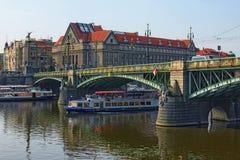 Отключения воды на шлюпках вдоль реки Влтавы очень популярны среди locals и туристов Стоковые Фотографии RF
