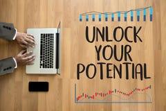 ОТКРОЙТЕ ВАШУ концепцию ПОТЕНЦИАЛЬНОЙ руки бизнесмена работая для GROW стоковые изображения rf