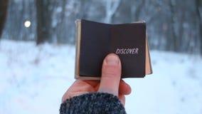Откройте, владения путешественника книга в его руке с надписью видеоматериал