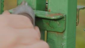 Откройте замок зеленого строба в конце вверх сток-видео