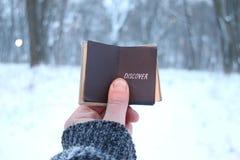 Откройте идею, владения путешественника книга в его руке с надписью Запачканные фото для предпосылки стоковое фото