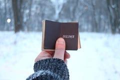 Откройте идею, владения путешественника книга в его руке с надписью стоковое фото