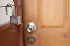 Откройте смертной казни через повешение ключа для всех замков на двери стоковые изображения