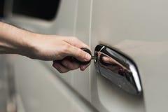 Открывать автомобильную дверь с ключом стоковые изображения rf