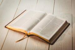 Открытая библия стоковое изображение