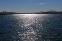 Открытая вода с ландшафтом горы Стоковое Изображение RF