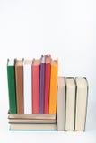 Открытая книга, стог, книги hardback красочные на деревянном столе, белой предпосылке задняя школа к Скопируйте космос для текста Стоковое Изображение