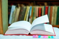 Открытая книга, стог hardback записывает на таблице Взгляд сверху Стоковое Изображение