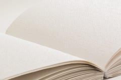 Открытая книга с Шрифтом Брайля для слепых людей Стоковая Фотография