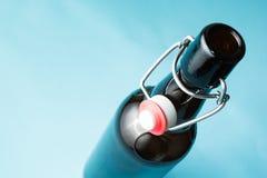 Открытая пивная бутылка, изолированная на голубой предпосылке   стоковое изображение rf