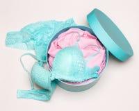 Открытая подарочная коробка с комплектом женское бельё Стоковая Фотография RF