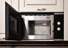 Открытая пустая микроволна в кухонном шкафе кухни стоковые изображения rf