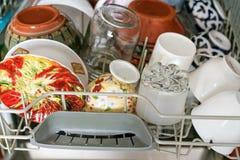 Открытая судомойка с чистыми блюдами, конец вверх стоковое изображение