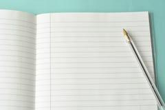 Открытая тетрадь, пустая страница для текста, на голубой предпосылке Космос для текста Концепция офиса, дела или образования стоковые фотографии rf