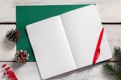 Открытая тетрадь на деревянном столе с ручкой Стоковая Фотография