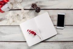 Открытая тетрадь на деревянном столе с телефоном Стоковые Фотографии RF