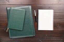 Открытая тетрадь с папками пустых страниц, ручки, дневника и кожи Стоковое фото RF