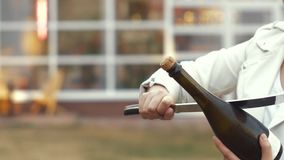 Открытие бутылки игристого вина с большим ножом Пробная попытка сток-видео