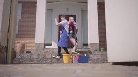 Открытие гидротехнического затвора и положительные танцы молодой женщины и человека на крылечке дома Дом пар очищая совместно видеоматериал