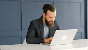 Открытия идеи человека Eureka ноутбук задумчивого печатая видеоматериал